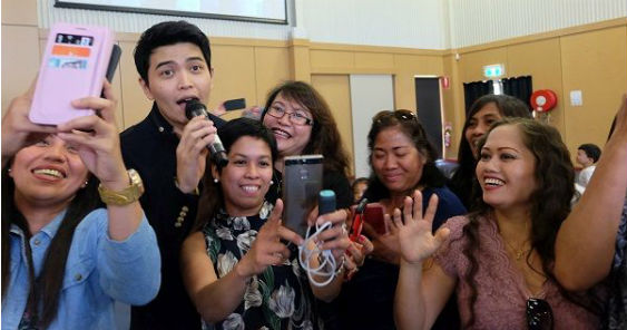 au-wagga_wagga-daryl_ong_taking_a_selfie_photo_with_the_audience_while_performing_563.jpg