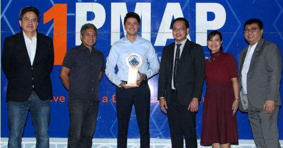 gma_news_reporter_mark_zambrano_received_the_award_on_behalf_of_mel_tiangco_for_best_tv_news_anchor_563.jpg