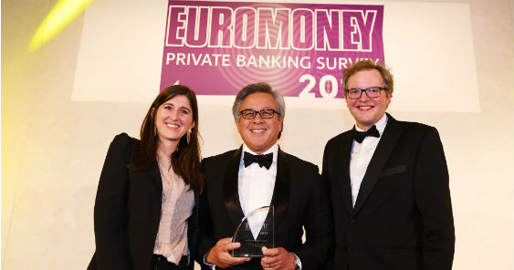 head_of_bpis_private_banking_group_tomas_chuidian_center_receives_the_award_from_private_banking_editor_helen_avery_left_and_actor_and_writer_miles_jupp_563.jpg